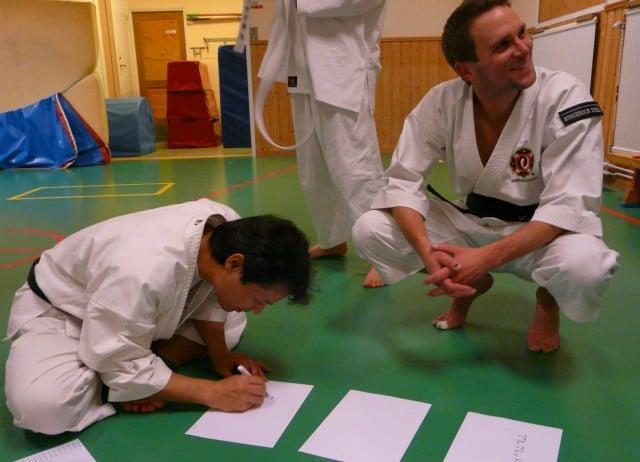 Nakashima-sensei skriver medlemmarnas namn på japanska
