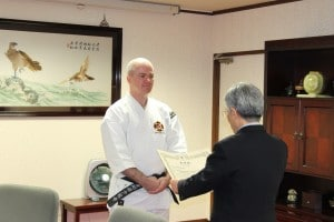 Anders-sensei receives the inkaj (certificate) for 6th dan from Onishi-sensei.