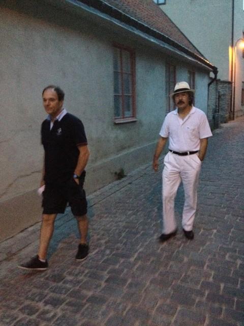 Aosaka-sensei och Didier-sensei promenerar i Visby en varm sommarkväll.