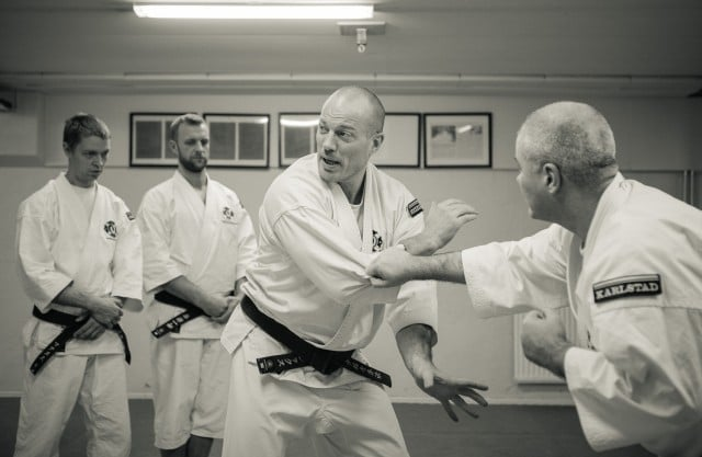 Alex explains sode maki gaeshi ura with Anders as partner, Magnus and Perra look carefully.